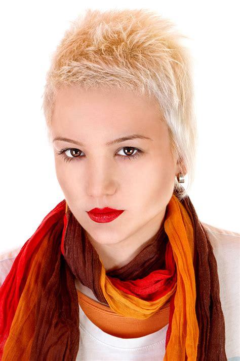 kurze blonde haare im punk stil blonde kurze haare