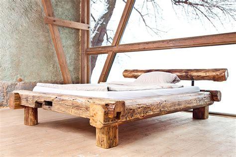 bett aus balken rustikales bett aus handgehauenen dachbalken einer alten