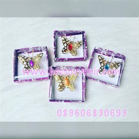 Souvenir Bros Kupu Kupu Perak souvenir pernikahan bros kupu emas