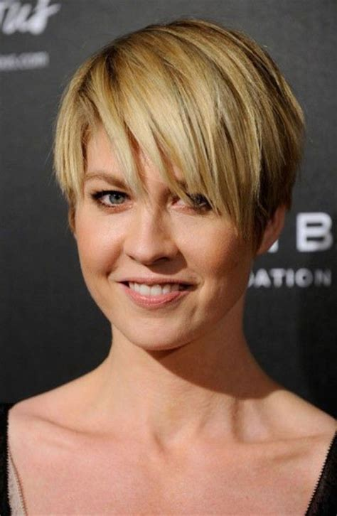 pictures of the back of jenna elfman hair jenna elfman short hairstyle with side swept bangs short