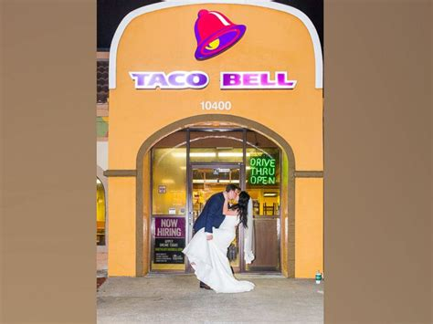 Travo Bell 20 Er and groom spice up their wedding photos at taco bell abc news