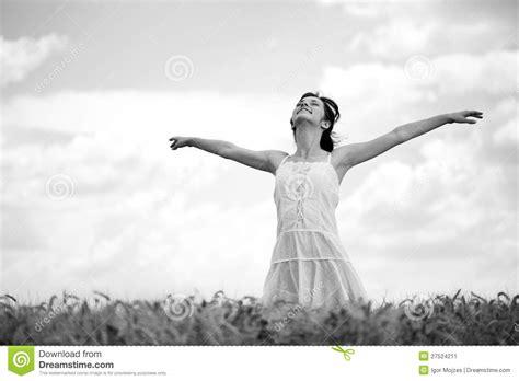 b w black and white blanco y negro bw justin bieber mujer en el co de trigo blanco y negro imagen de