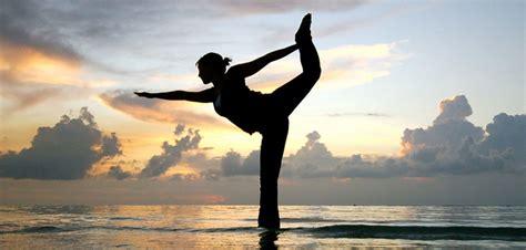 imagenes yoga india mit sicherem schritt im gleichgewicht und mit