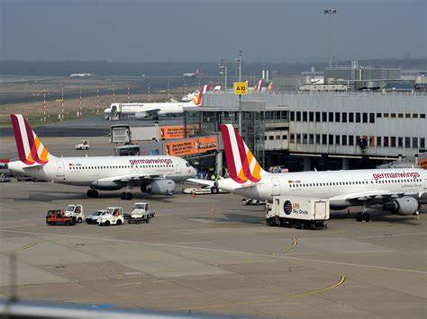 dã sseldorf airport flights suspended after world war 2 bomb discovered at