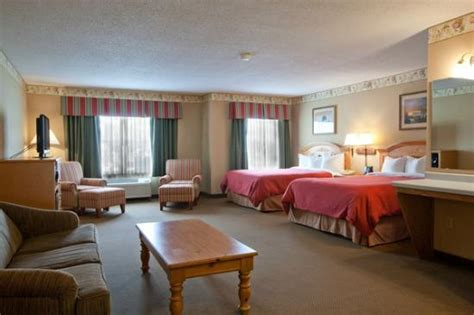 hotels in waterloo iowa with tub in room traditional guest room picture of country inn suites by carlson waterloo