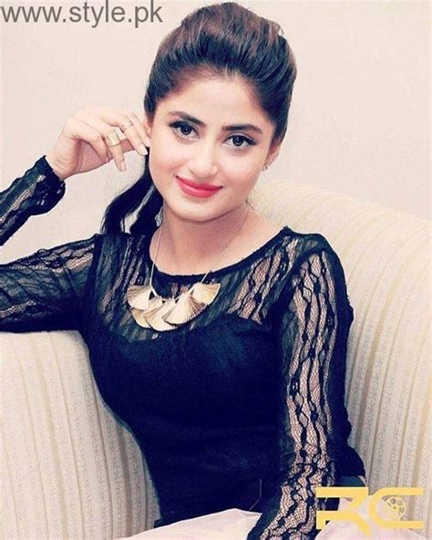 sajal ali without makeup hows she looking without sajal ali looks bombshell in black style pk