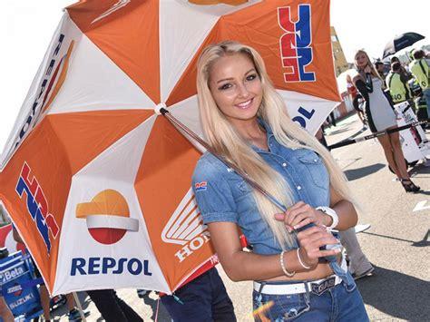 wallpaper umbrella girl motogp 2015 umbrella girls seksi di motogp valencia mobil123 com