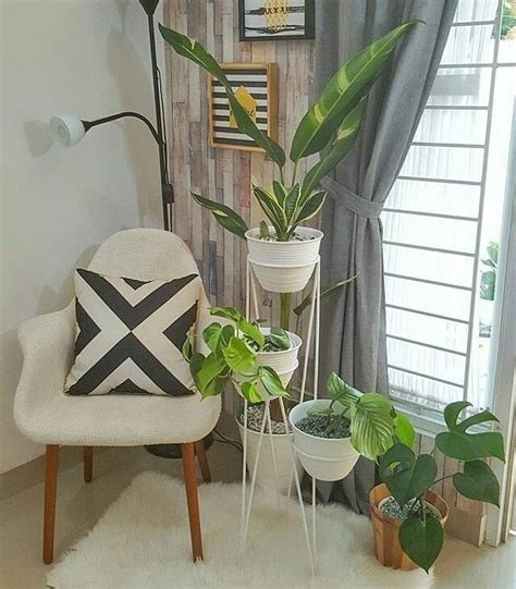 tiang besi penyangga pot tanaman sebagai elemen dekorasi
