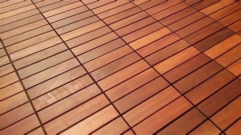 terrasse holzfliesen holzfliesen aus tropenholz f 252 r garten balkon und terrasse