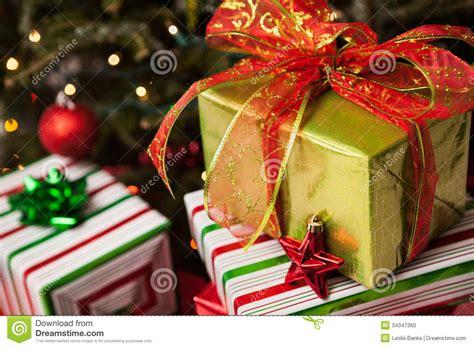 regalos de navidad debajo de un 225 rbol foto de archivo