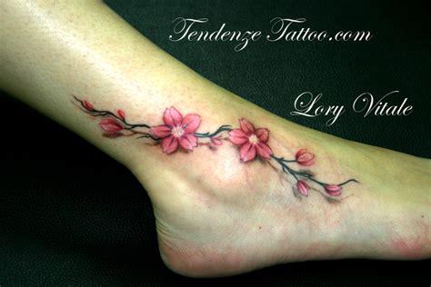 tatuaggio piede fiori tatuaggi floreali disegni fiori tatuaggi lecce
