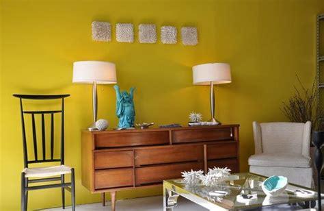wallpaper dinding nuansa coklat desain ruang tamu dengan aksen warna kuning rancangan