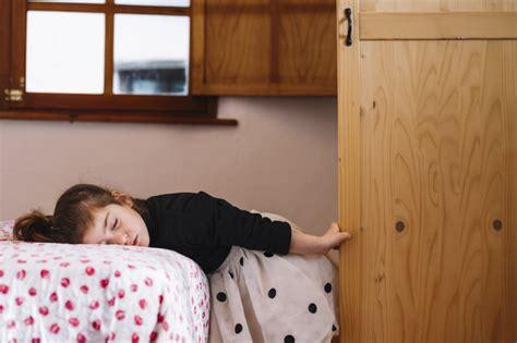 ragazze sul letto ragazza dorme sul letto scaricare foto gratis