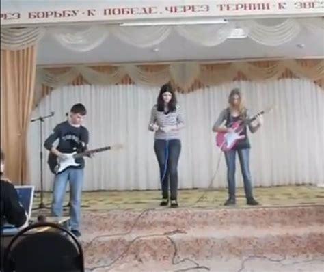 Kaos Band Isyana Sarasvati nirvana 5 aksi ngeband paling gagal absurd