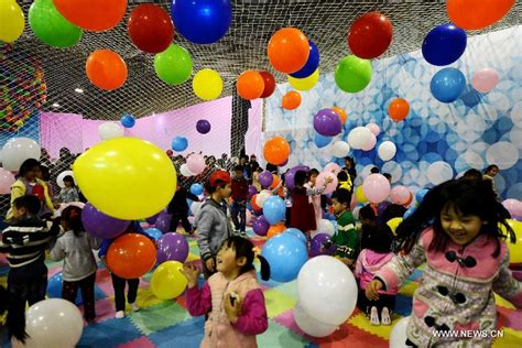 children play at balloon carnival 2 chinadaily com cn