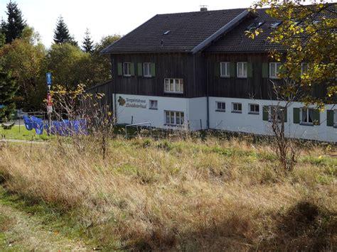 landshuter haus oberbreitenau der spaziergaenger verkehr im norden bayern