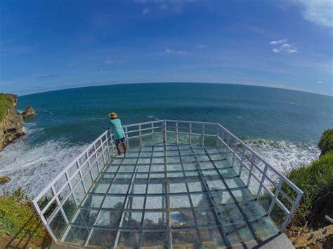 selfi  pinggir tebing teras kaca pantai nguluran
