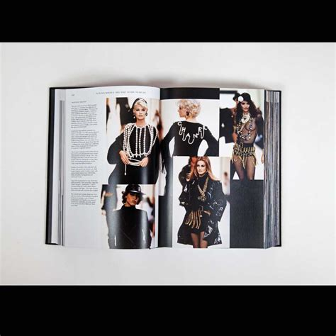 libro chanel catwalk the complete from chanel catwalk the complete karl lagerfeld collections published by thames hudson
