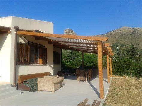tettoie in legno bianco tettoia con travi lamellarri e doghe frangisole in legno