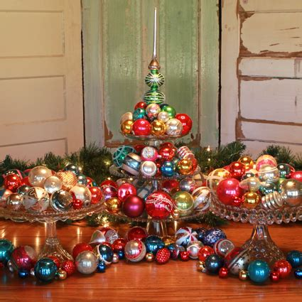 16 retro christmas decorating all stars and a krus styled vintage christmas ornaments on cake plates