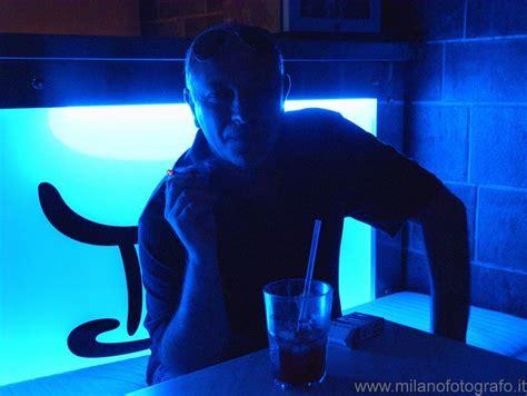 persona illuminata persona che fuma illuminata da dietro con luce