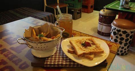 pancake ala cafe yang super empuk dan menul menul doovi tea linni dan indian fries sajian super lezat teman