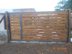 Porton Echo Con Palet   portones duelas madera werzailt 2 mesas y sillas