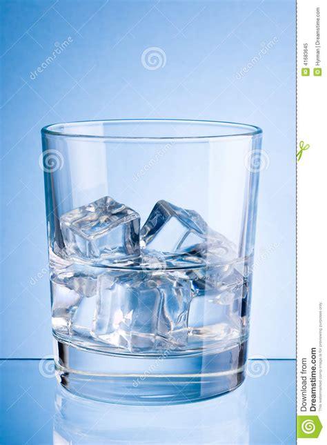 bicchieri di ghiaccio bicchiere d acqua con ghiaccio su fondo fotografia