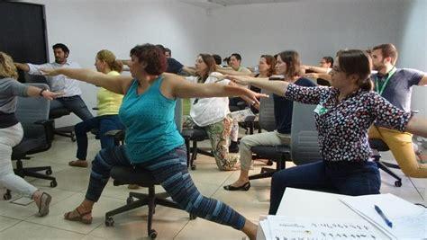 tutorial yoga en la oficina taller de yoga para la oficina videos fotos y rutinas