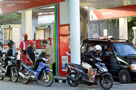 Minyak Fenugreek Denpasar Bali petugas mengisikan bahan bakar minyak bbm kepada konsumen di spbu jalan gatot subroto kota