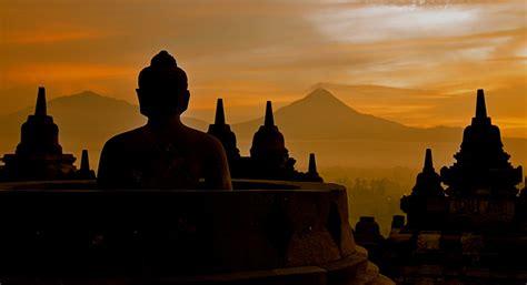 Satu Buddha merayakan hari lahir buddha dengan khidmat di rumah terbesarnya candi borobudur news