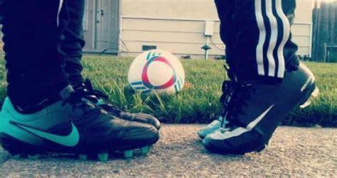 imagenes romanticas de parejas jugando futbol im 225 genes de enamorados jugando al f 250 tbol im 225 genes de