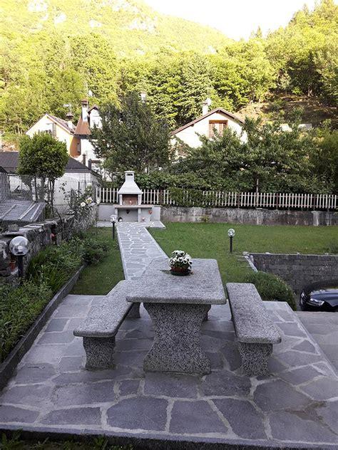 tavoli da giardino in pietra arredo giardino in pietra con fontane fioriere tavoli