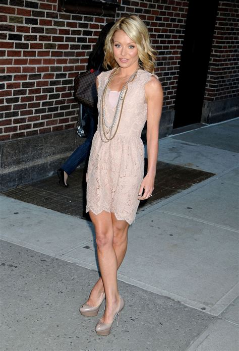 what does kelly ripa use to curl her hair kelly ripa platform pumps kelly ripa shoes looks