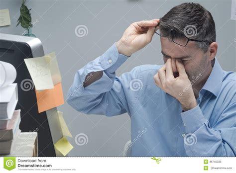 employe de bureau employ 233 de bureau avec douleur oculaire photo stock