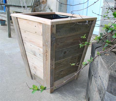 canapé avec des palettes jardini 232 re en bois de palette recycl 233 e au bout du bois
