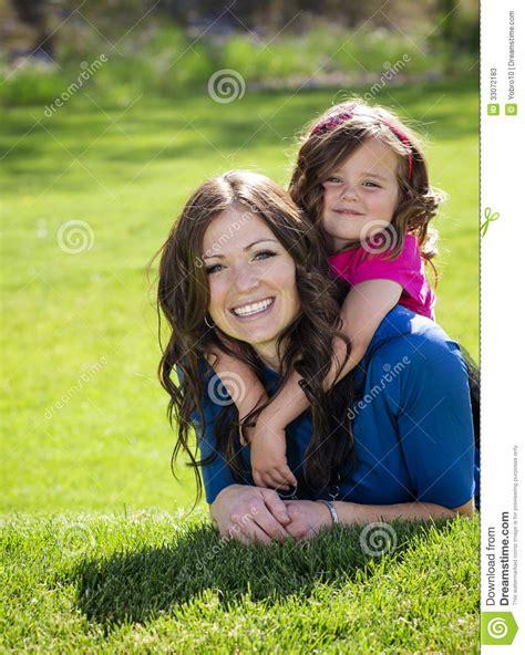 madre e hijas cojidas por un semental 2 por madre e hija felices sonrientes fotos de archivo imagen