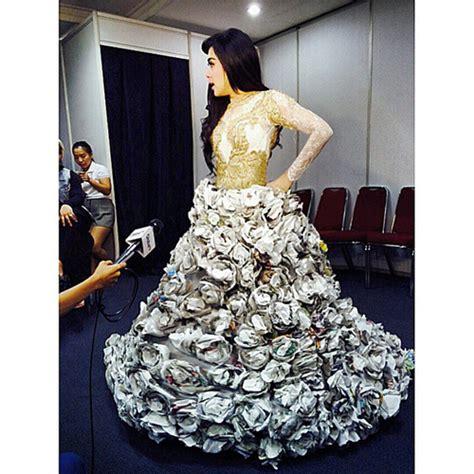 design gaun dari koran foto cantik syahrini pakai gaun dari kertas bekas