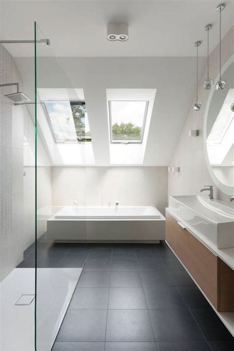 badezimmer im schlafzimmer minimalistisches badezimmer mit dachschr 228 ge grauen