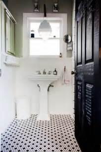 Incroyable Salle De Bain Sol Noir #1: jolie-salle-de-bain-avec-sol-en-mosaique-noir-et-blanc-porte-en-bois-noir-et-fenetre.jpg