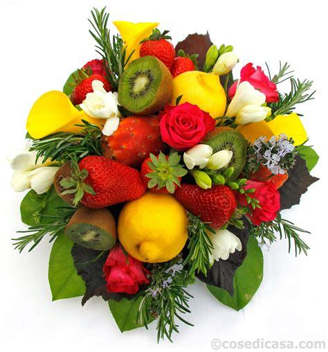 fiori con la e un centrotavola di fiori e frutta cose di casa