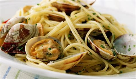 cucinare spaghetti alle vongole spaghetti alle vongole la vera ricetta pinkitalia