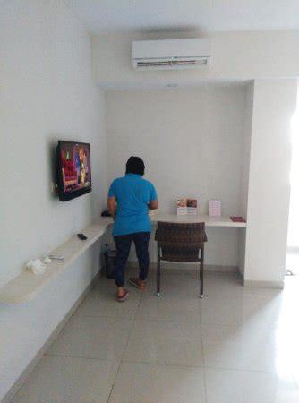 Meja Kecil di depan bed ada tv dan meja kecil picture of favehotel diponegoro semarang semarang