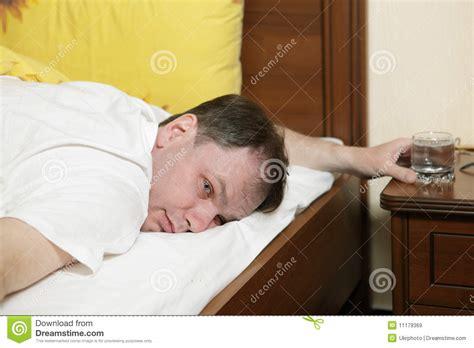 mann im bett betrunkener mann im bett lizenzfreie stockbilder bild
