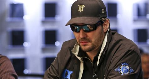 phil hellmuth gives bracelet to nba owner