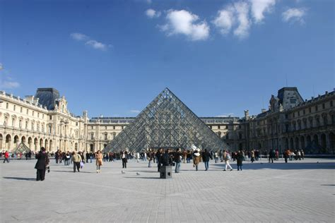 Trompe L Oeil Wallpaper La Pyramide Du Louvre A Disparue Splendia