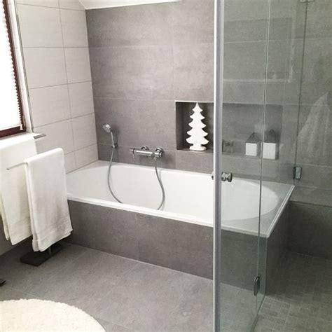 eckbadewanne für kleine bäder wohnzimmer weihnachtlich dekoriert