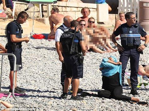 Viral Buka Baju wanita muslim dipaksa buka baju renang ia agak kasar saya lihat wanita itu terduduk di tanah