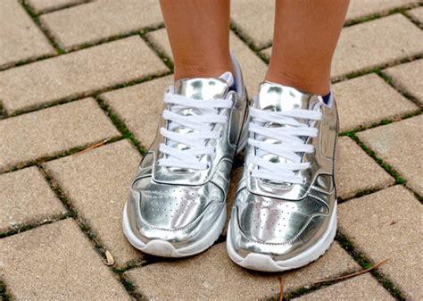 imagenes de unas zapatillas c 243 mo combinar unas deportivas plateadas con glamour