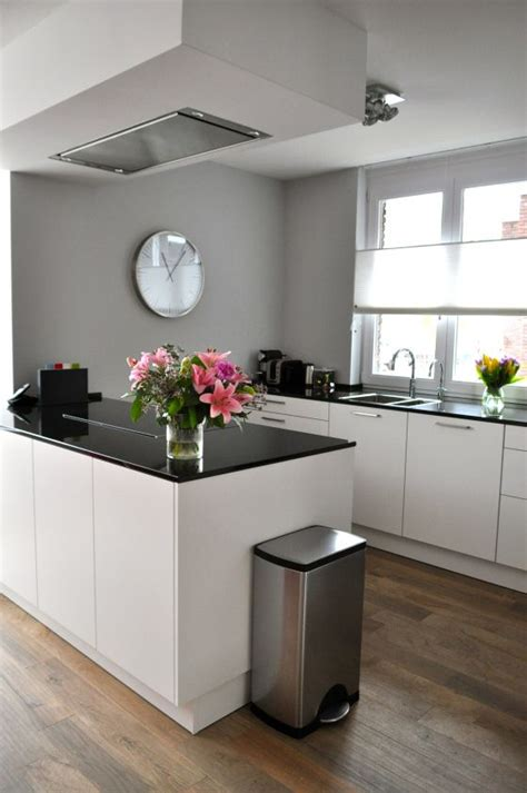 Light Grey Kitchen Walls Witte Keuken Met Keukeneiland Na Stijlidee Interieuradvies En Styling Via Www Stijlidee Nl